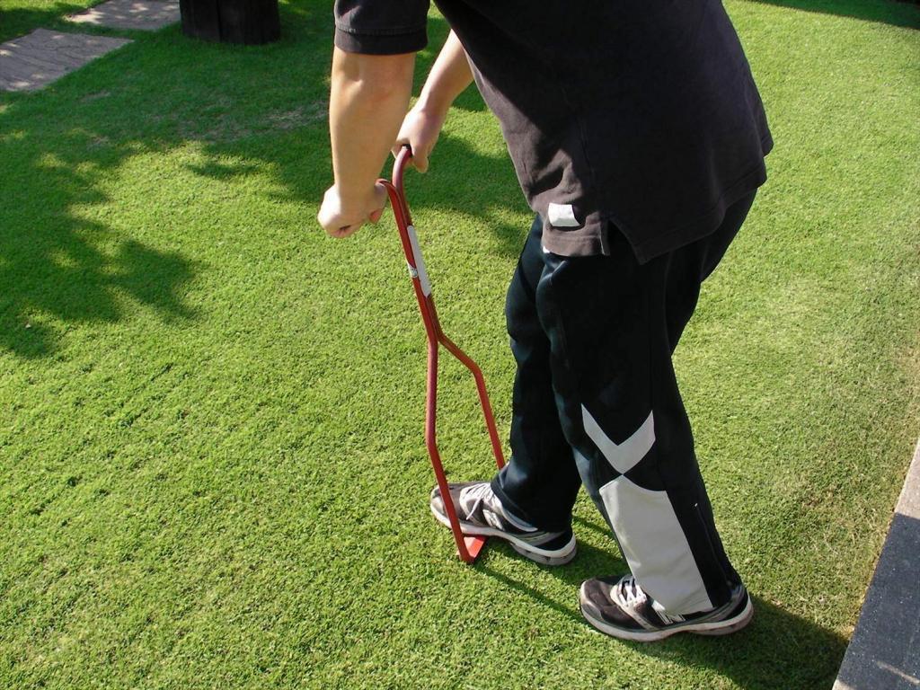 芝生のエアレーションは土壌改良や発根を促す大切な作業です