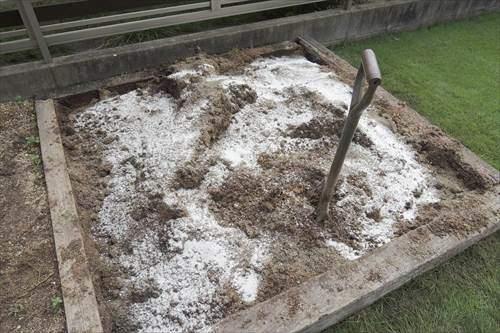 土を耕して水はけを改良する資材を入れる