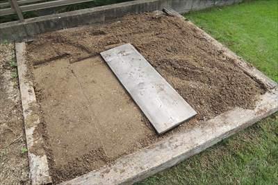 床土を転圧して不陸を無くす