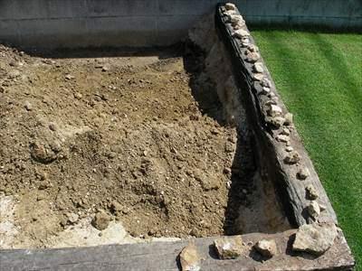 床土の小石を取り除く