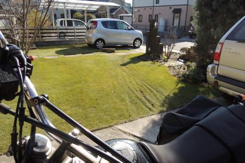バイクが通って不陸(デコボコ)が生じた芝生