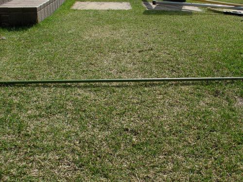 芝生のへこみ具合を確認する