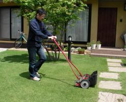 芝刈りをする様子 芝生のお手入れとガーデニング
