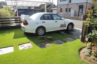 芝生化した駐車場に駐めっぱなしの車