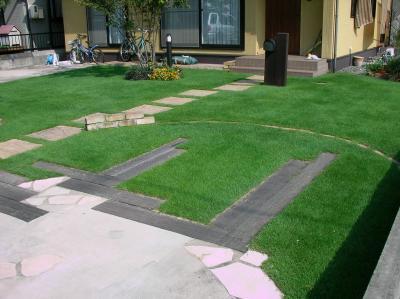 枕木を敷いて駐車場を芝生化した事例