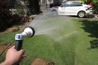 春にも芝生に散水が必要なことがある