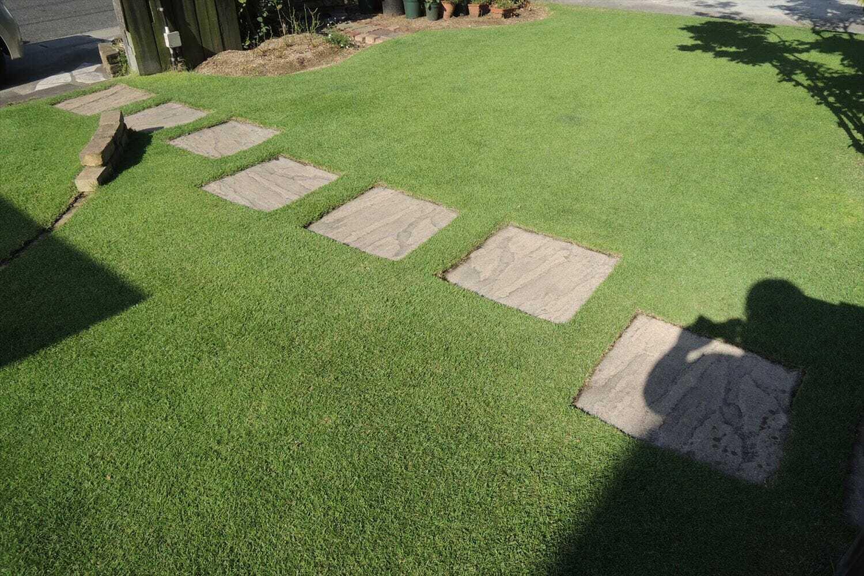 飛び石周辺の芝をエッジカット