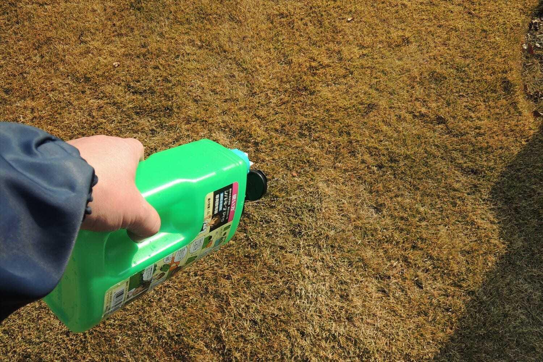 除草剤を散布する様子